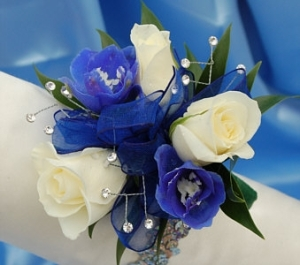 blue-sweet-delph-w-white rose