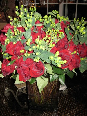 red-roses-and-green-hypericom-collection